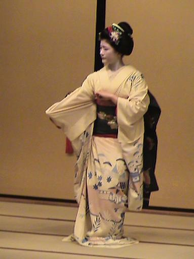 Discover Japan On Line (Video + Stills)-kyotogiondancertall.jpg