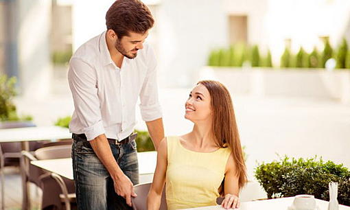 "Check how much the boyfriend next to him is a ""gentleman"".-ahr0chm6ly9zlmlzyw5vb2suy29tl3dvlzavdwqvmzmvmty5oda1l2xvdmuuanbn.jpg"