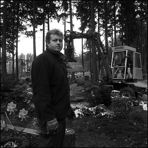 Cemetery worker-kh800.jpg