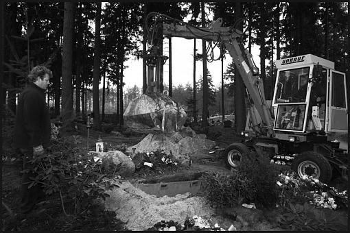 Cemetery workers-kh800b.jpg